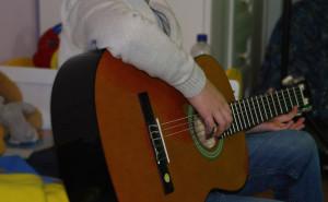 Ausgleich bei Burnout - Junge spielt Gitarre